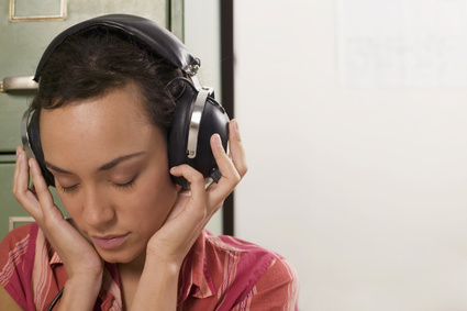Junge trägt Kopfhörer,die Augen geschlossen
